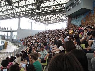 ショー会場は満員