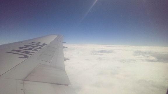 飛行機の窓からの雲海