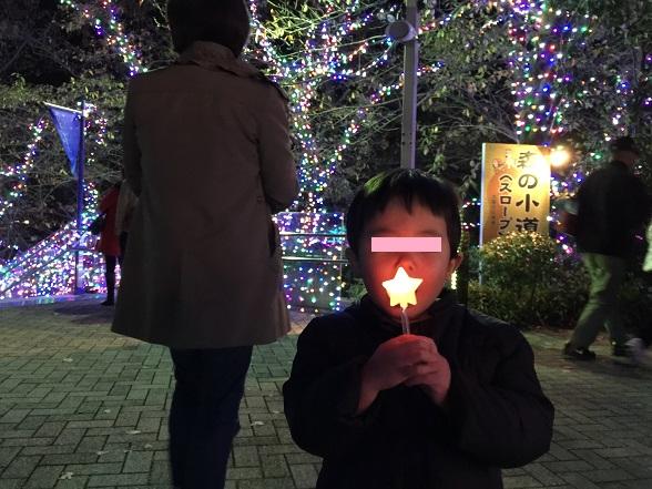 光るキャンディーをなめる太郎