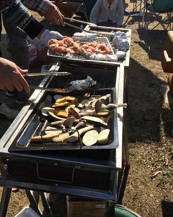 肉・野菜を焼いてます