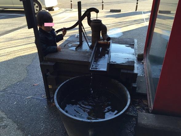 店の前の井戸