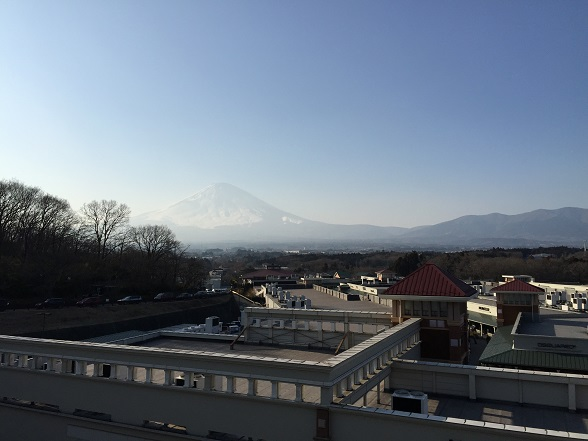 午後、かすむ富士山