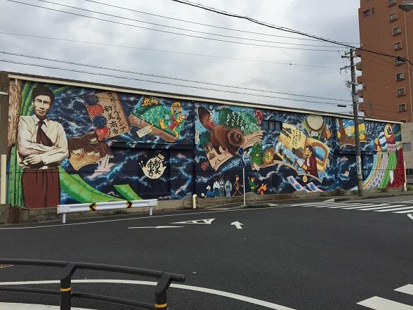 安生駅近くの倉庫の壁