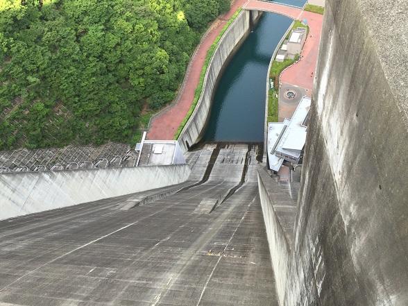 ダムから下を見下ろす