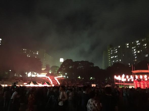 花火の煙でかすむ若葉台団地