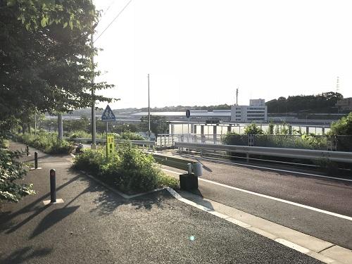 貨物線路を渡る跨線橋への入り口