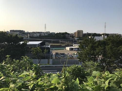 北側の高台から駅を見下ろしたところ
