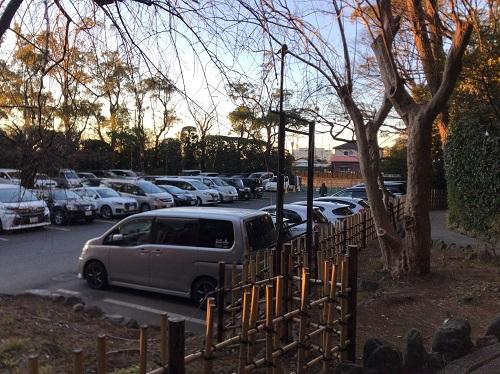 別の駐車場。7時過ぎなのにほぼ満車・・・