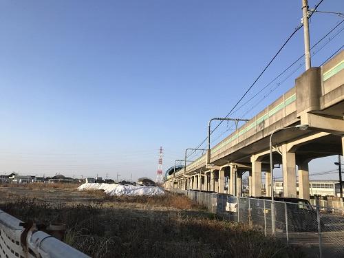 奥の青いアーチ型の屋根のところがゆめが丘駅