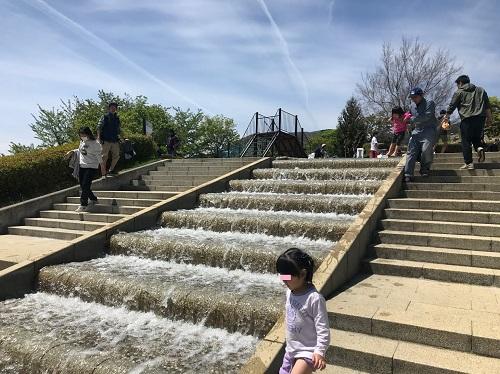 階段を流れ落ちる水