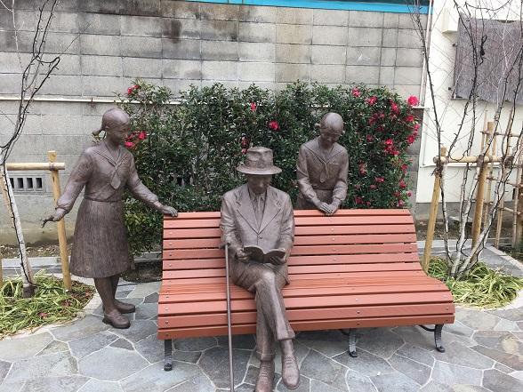 ベンチに座る南吉像